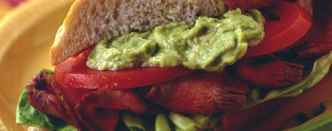 アボカドとビーフのサンドイッチ