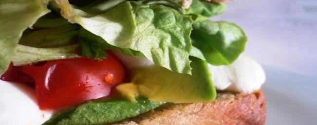 アボカドとトマトのサンドイッチ