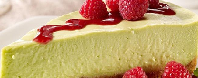 アボカド・チーズケーキ ベリーソース添え