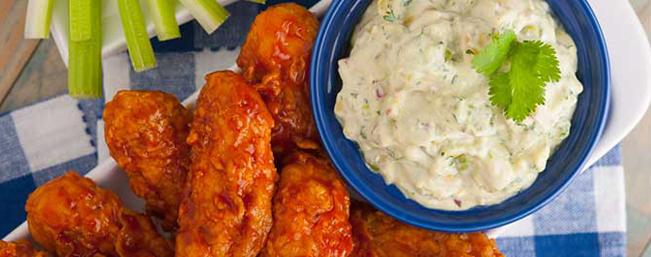 鶏手羽肉とアボカドブルーチーズドレッシング