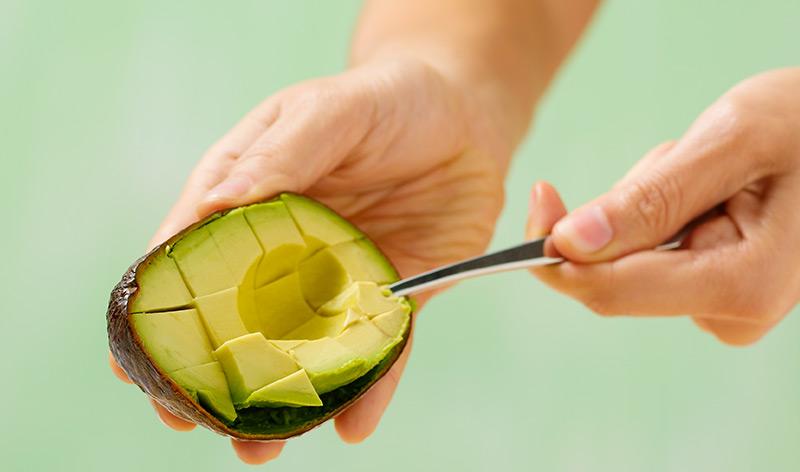 アボカドは肌と髪の美容ケアにも使える食べ物。その4つの活用法とは?