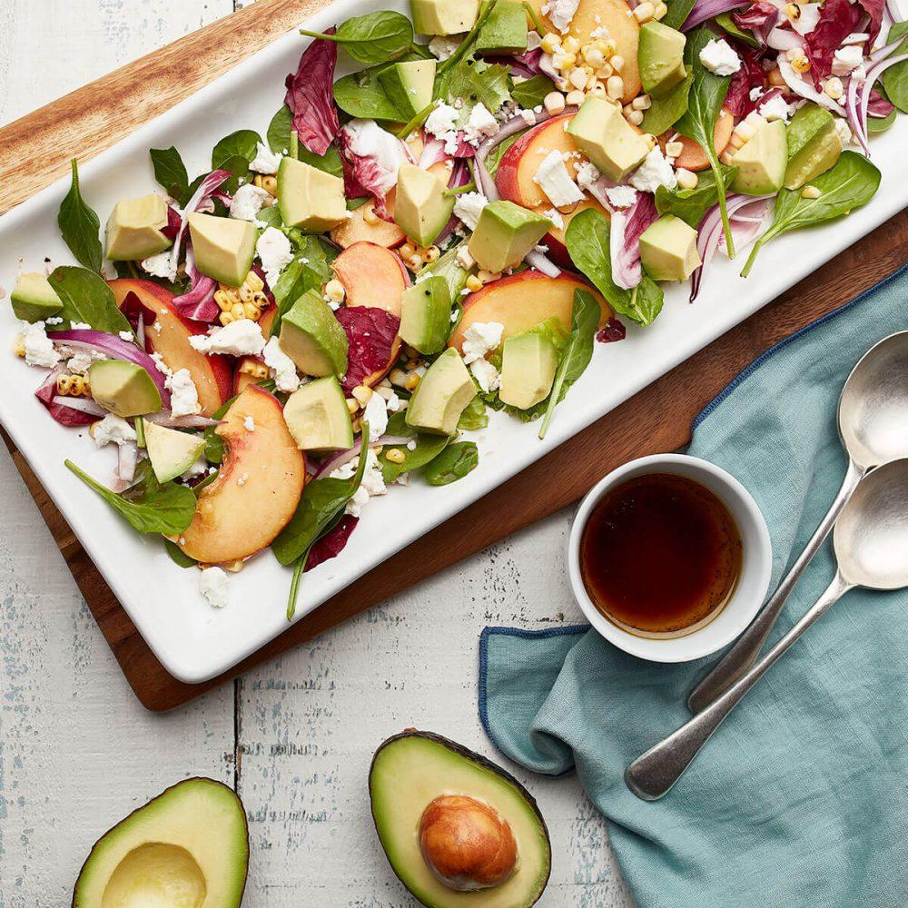 アボカドと桃、グリルコーンのサラダ